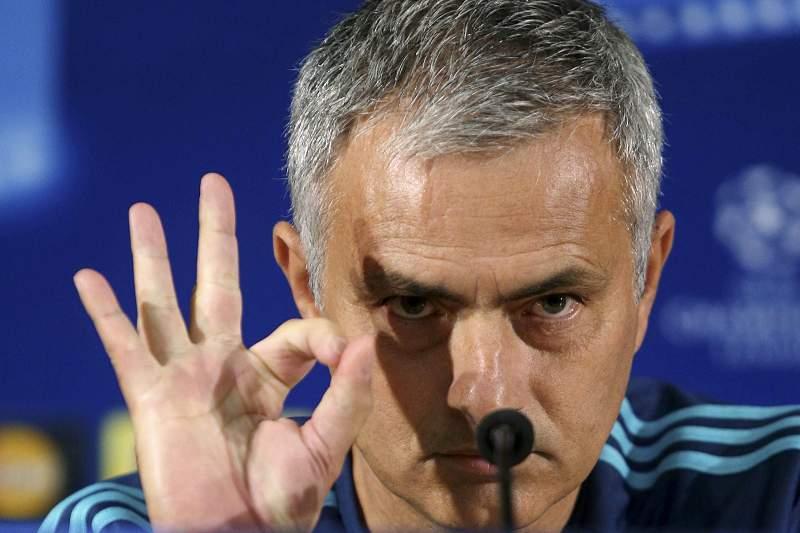 Mourinho fala durante a conferência de antevisão do jogo com o FC Porto