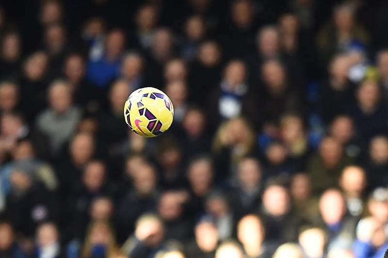 John Terry e Ashley Barnes disputam a bola em Stamford Bridge
