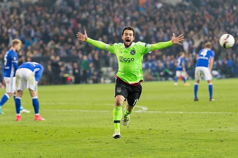 Amin Younes celebra um golo decisivo do Ajax frente ao Schalke 04