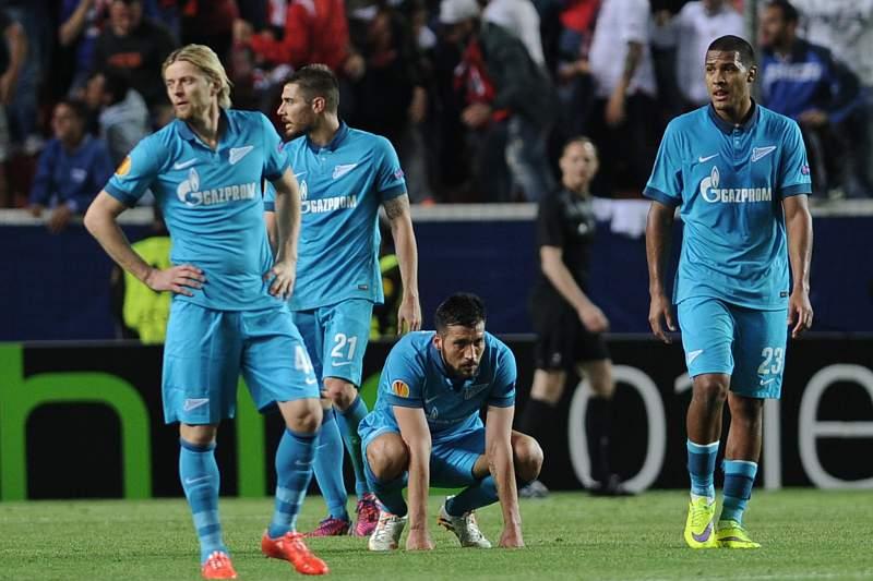 Jogadores do Zenit após a derrota em Sevilha
