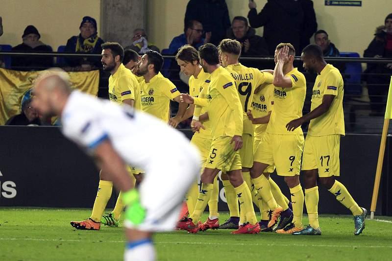 Jogadores do Villarreal celebram o golo da vitória sobre o Nápoles