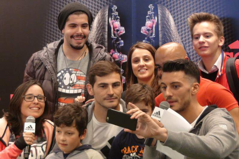 Selfie de Iker Casillas na loja da Adidas