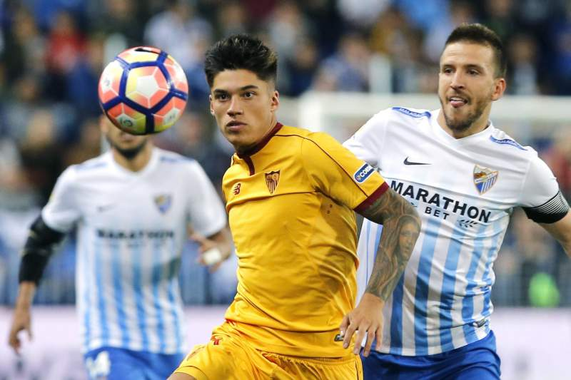 Joaquin Correa disputa uma bola com Ignacio durante o jogo entre Málaga e Sevilha