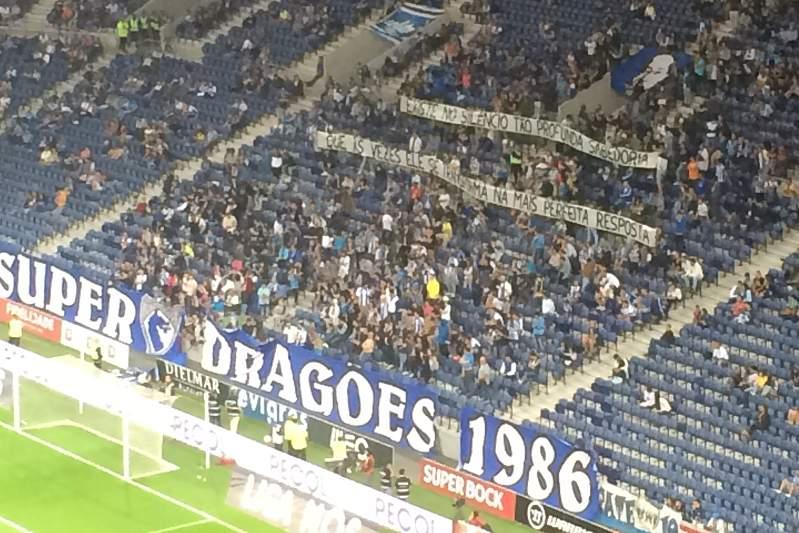 Claques arrasam FC Porto: as tarjas exibidas no Dragão