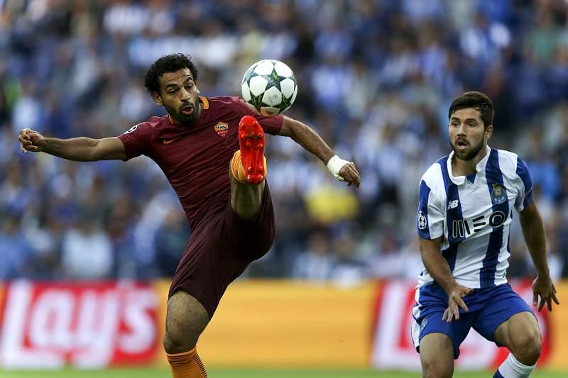 Felipe (D) disputa a bola com Mohamed Salah (E)