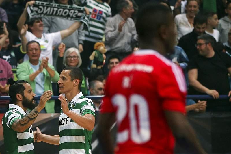 Os jogadores do Sporting Fortino (D) e João Matos festejam após marcar o segundo golo