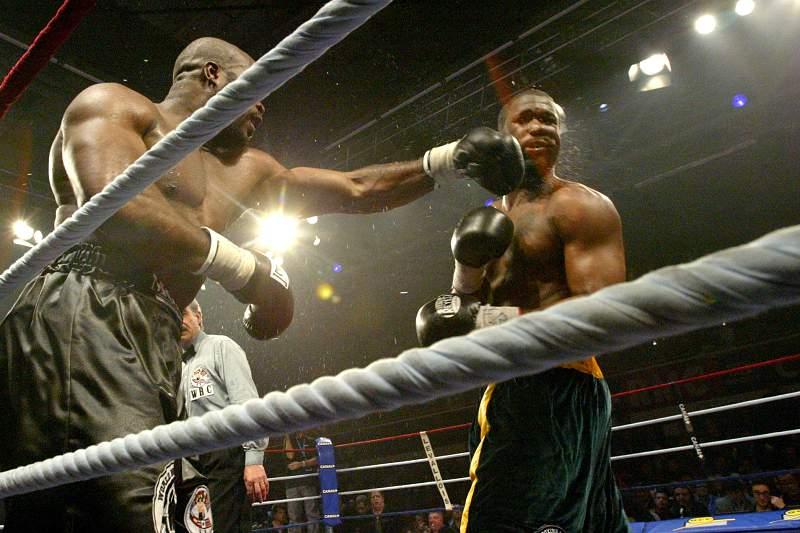 O'Neil Bell durante um combate com Jean-Marc Mormeck em 2007