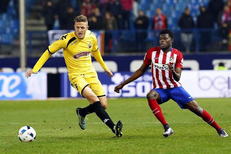 Thomas Partey do Atlético Madrid disputa uma bola com Edgar, avançado do Réus