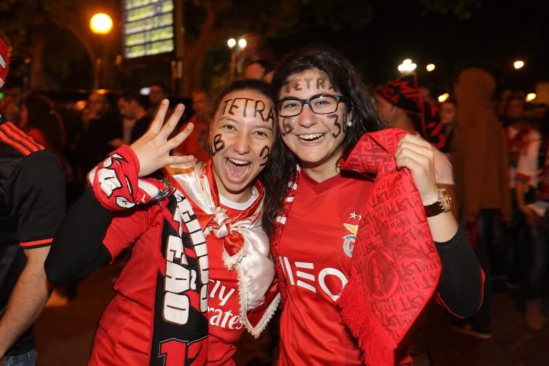 Adeptos do Benfica festejam a vitória no campeonato de futebol 2016-2017