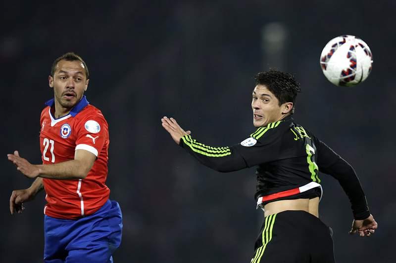 Marcelo Diaz disputa a bola com Javier Guemez