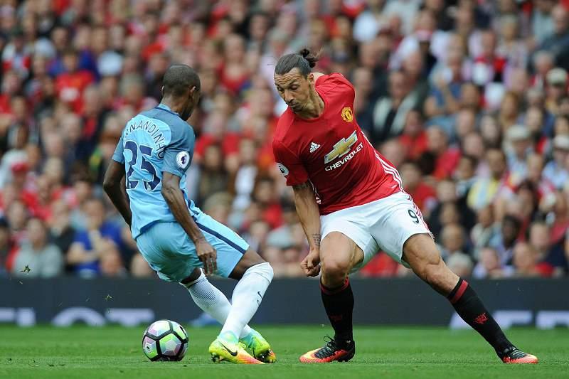 Fernandinho e Zlatan Ibrahimovic disputam uma bola durante o dérbi de Manchester