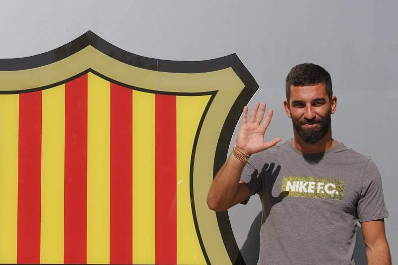 Arda Turan assina pelo Barcelona