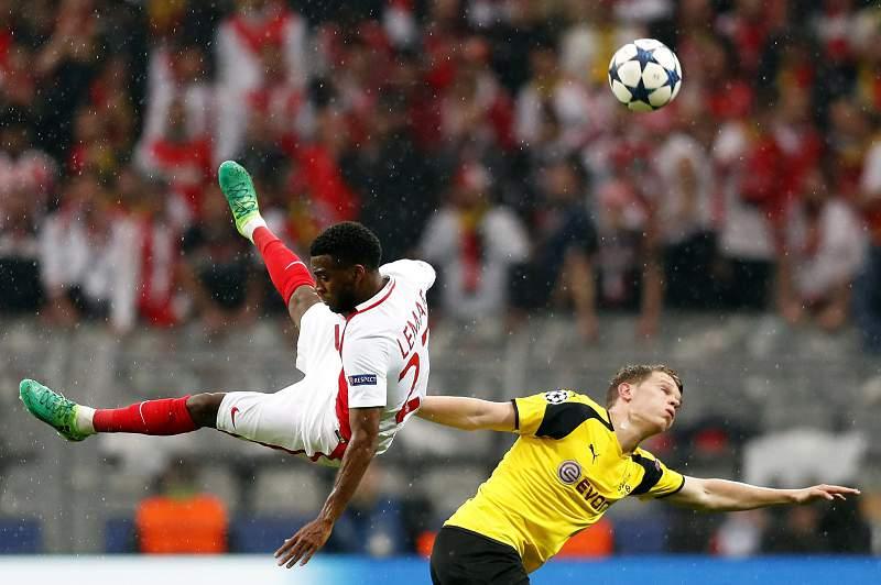 Matthias Ginter disputa uma bola com Thomas Lemar durante o jogo entre Borussia Dortmund e Mónaco