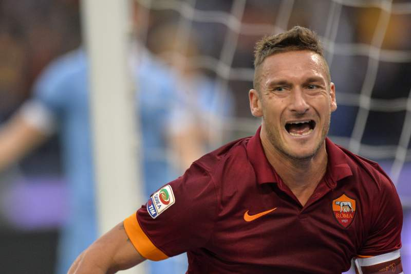 Francesco Totti celebra um golo contra a Lazio