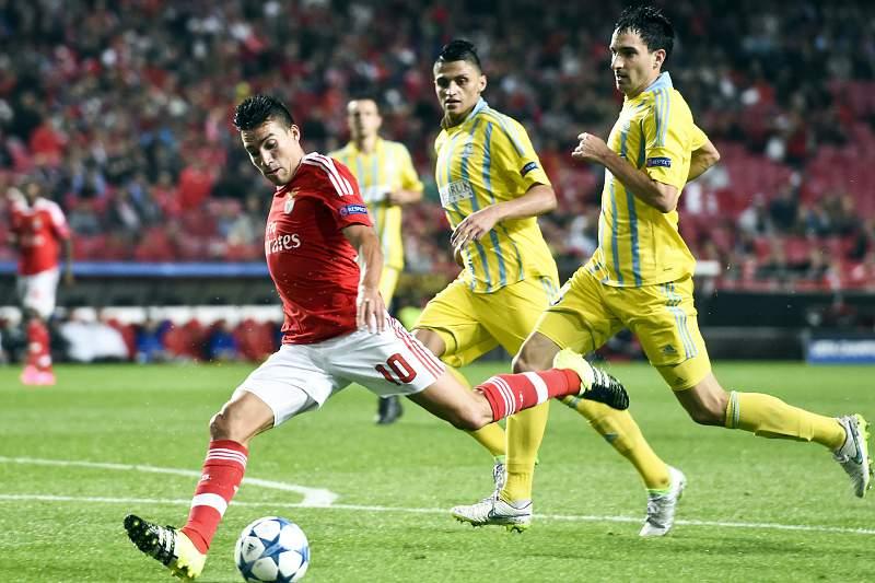 Gaitán vai rematar para o 1-0 frente ao Astana