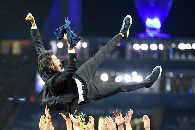 Luis Enrique festeja com os jogadores do Barcelona