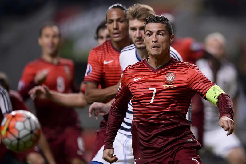 Cristiano Ronaldo disputa uma bola com Daniel Agger