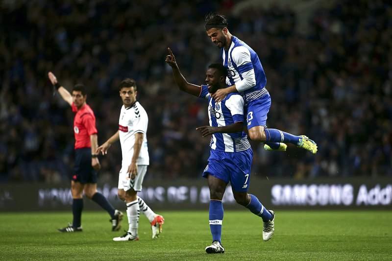 Varela e Sérgio Oliveira celebram o primeiro golo da partida