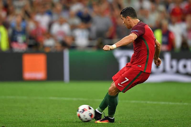 Cristiano Ronaldo a marcar grande penalidade frente à Polónia