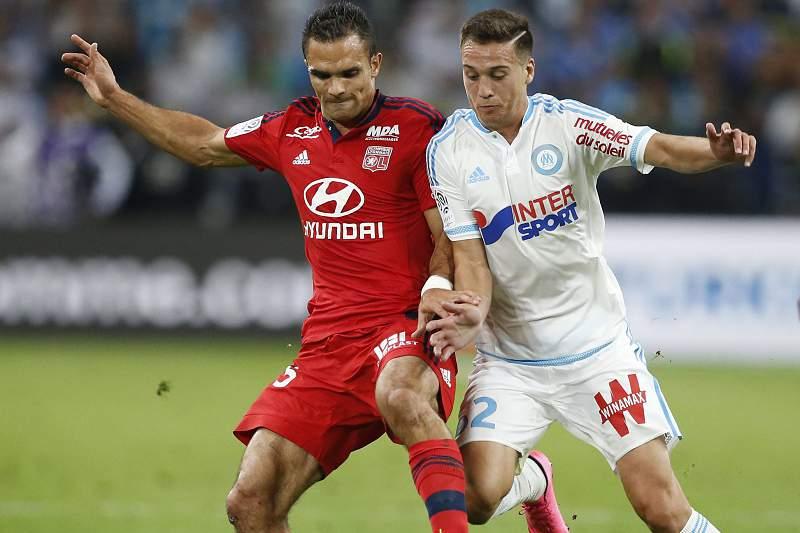 Javier Manquillo disputa a bola com Jeremy Morel