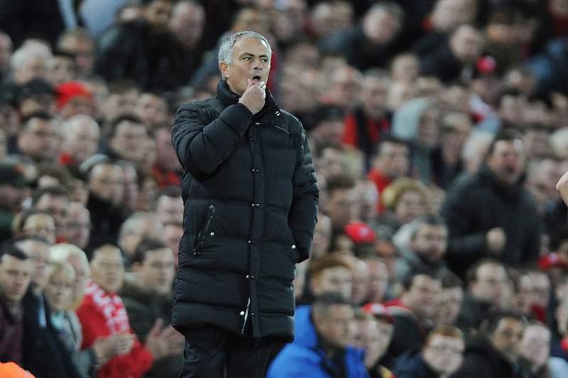 José Mourinho reage durante o jogo entre Liverpool e Manchester United em Anfield Road