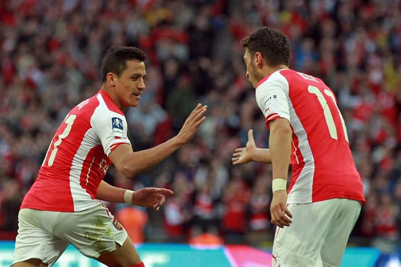 Alexis Sánchez celebra com Mesut Ozil um golo contra o Reading