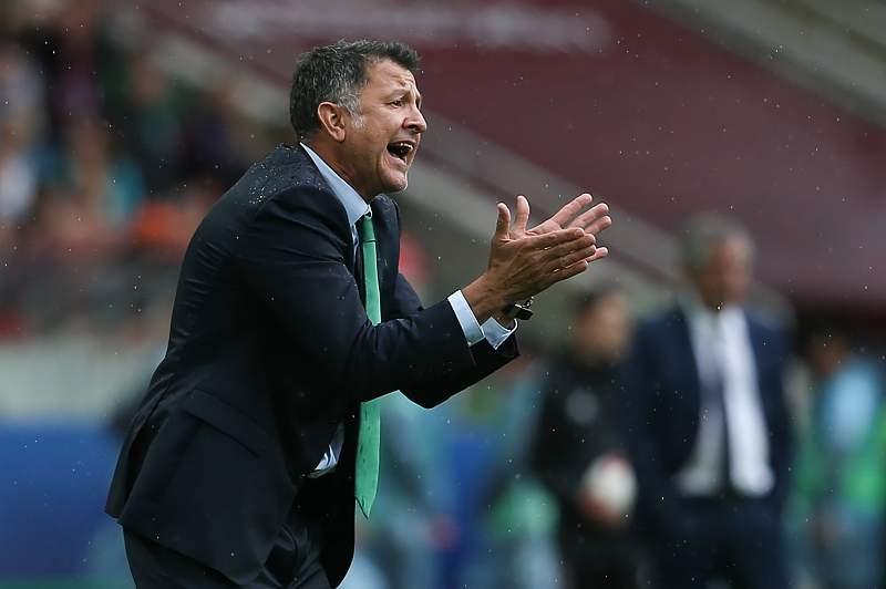 Juan Carlos Osorio dá indicações durante o jogo contra Portugal na Taça das Confederações