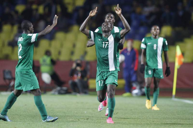 Christian Ebere (C) celebra um golo ao serviço da Nigéria no Mundial sub-17