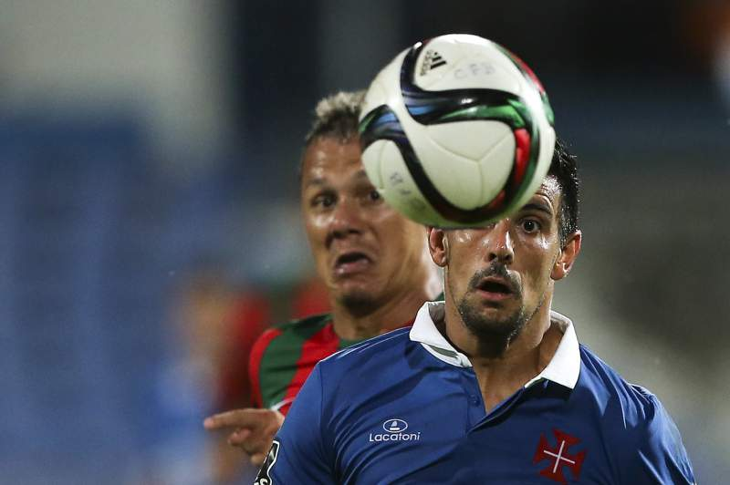 O jogador do Belenenses Miguel Rosa (D) disputa a bola com Patrick do Marítimo