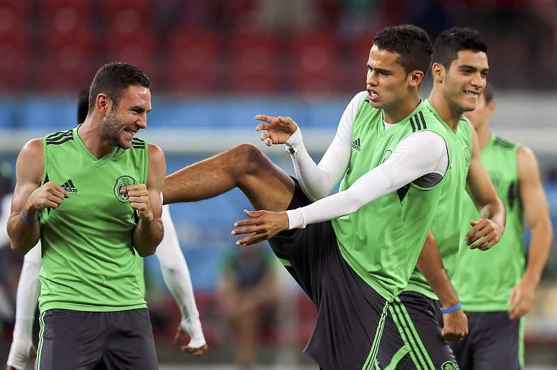 Miguel Layún e Diego Reyes em treino no México