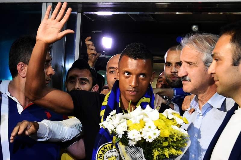 Loucura na chegada de Nani à Turquia