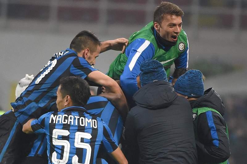 Jogadores do Inter de Milão festejam a passagem aos oitavos de final da Taça de Itália