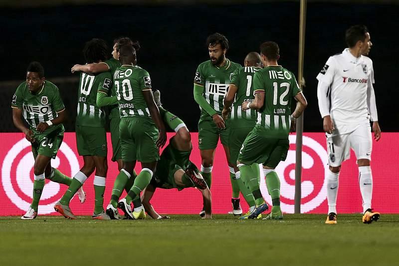 Os jogadores do Rio Ave festejam um golo contra o Vitória de Guimarães