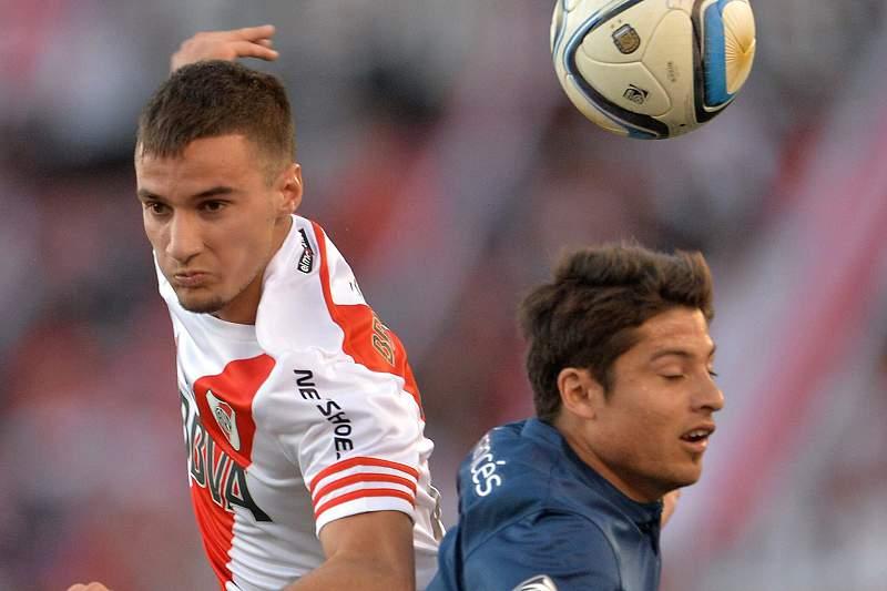 Cristian Erbes (D), do Boca, disputa a bola com Emanuel Mammana (E), do River