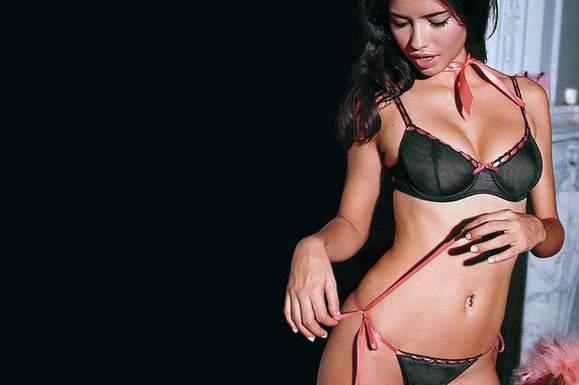 Adriana Lima brilha sem casca
