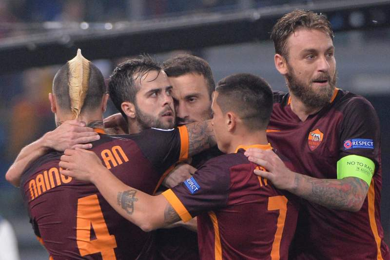 Miralem Pjanic celebra o golo da vitória da AS Roma sobre o Bayer Leverkusen