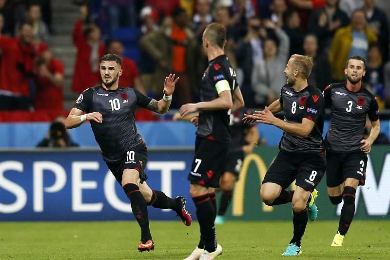 Armando Sadiku (E) celebra o golo da Albânia