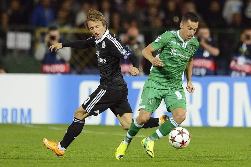 Fábio Espinho disputa a bola com Luka Modric na Champions