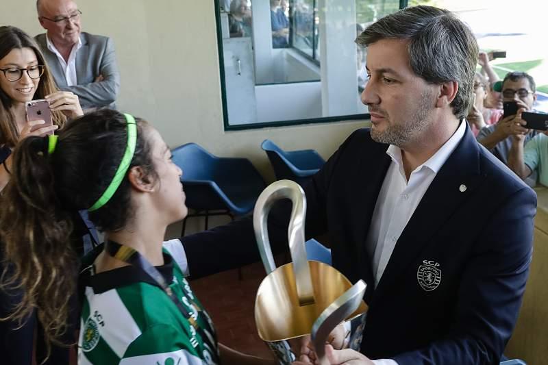 O presidente do Sporting, Bruno de Carvalho entrega a taça a jogadora, Ana Capeta após a conquista do Campeonato Nacional de Futebol Feminino entre Boavista e Sporting disputado no Estádio do Inatel, no Porto, 20 de maio de 2017.