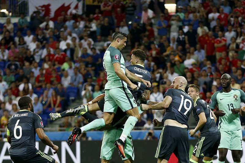 Cristiano Ronaldo no momento do golo inaugural contra o País de Gales