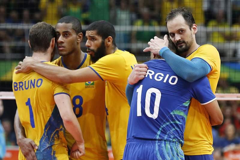Jogadores brasileiros celebram a vitória sobre a Rússia