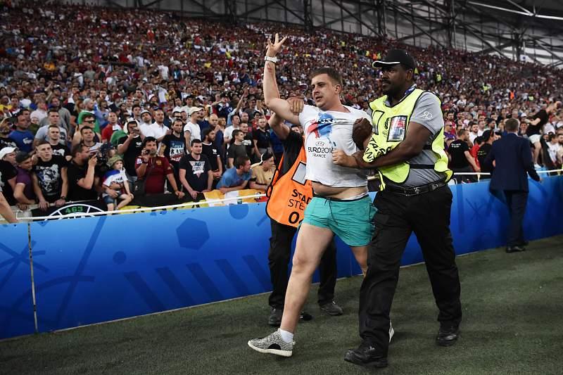 Confrontos entre adeptos ingleses e russos no Vélodrome