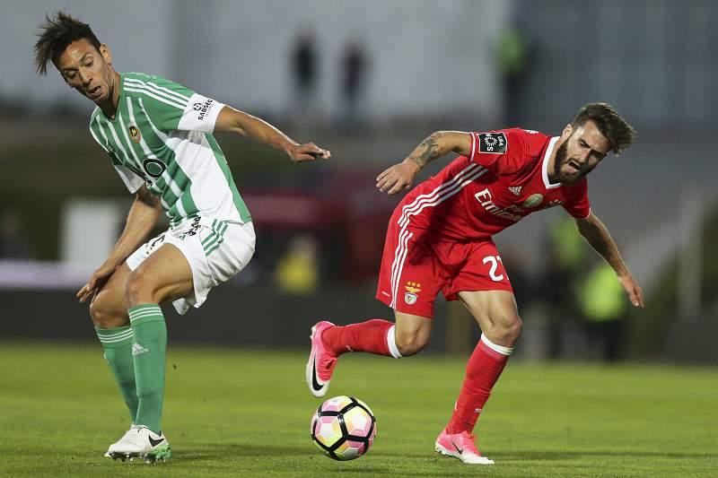 Roderick Miranda disputa uma bola com Rafa