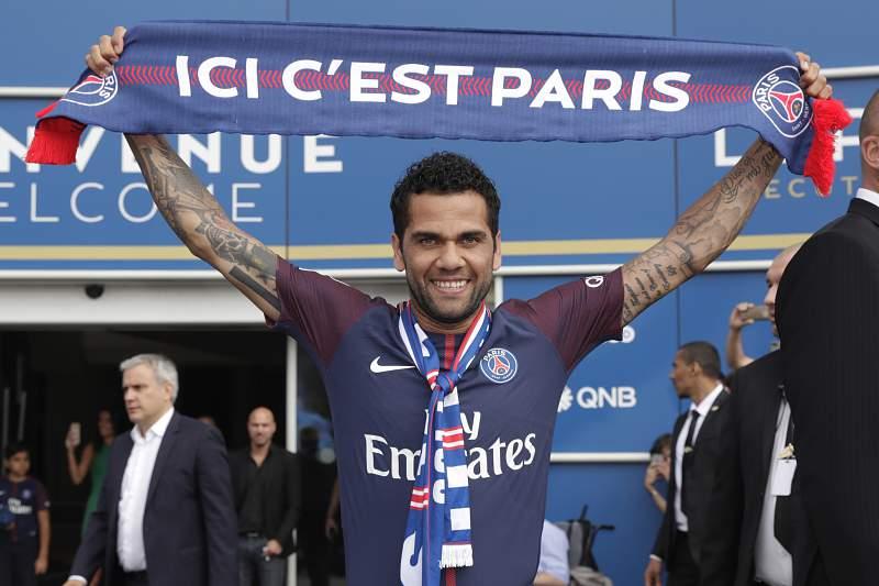 Daniel Alves foi apresentado oficialmente como reforço do Paris Saint-Germain