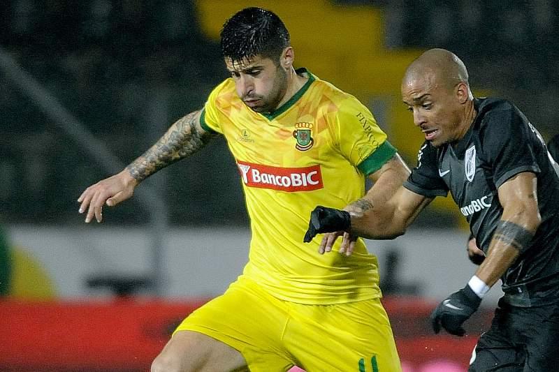 Bruno Moreira disputa a bola com Bruno Gaspar