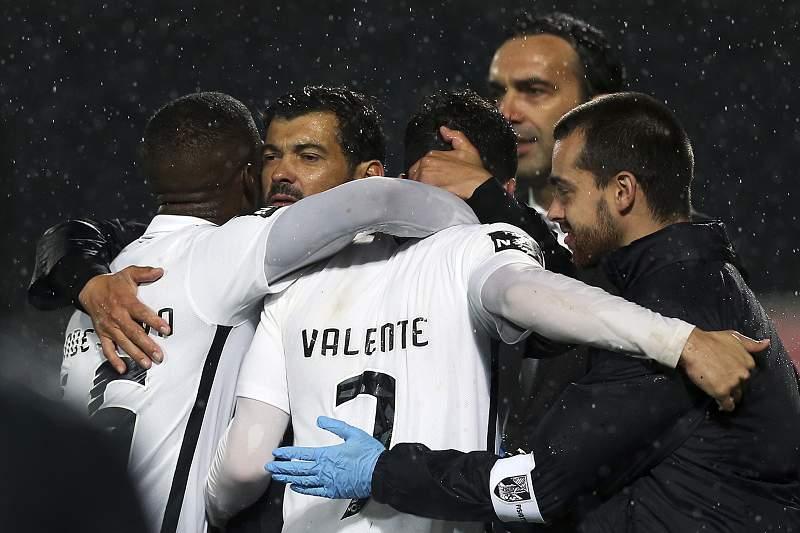 Ricardo Valente celebra o triunfo do Vitória de Guimarães com Sérgio Conceição e toda a equipa técnica