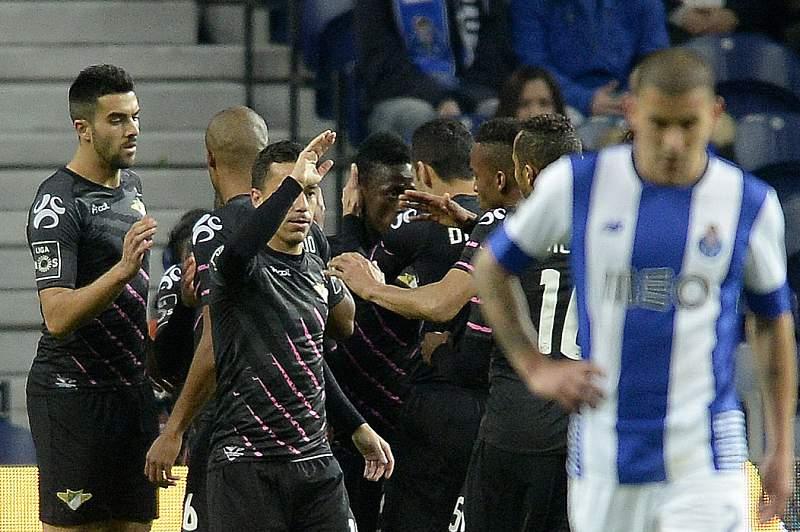 Jogadores do Moreirense celebram o golo no Dragão