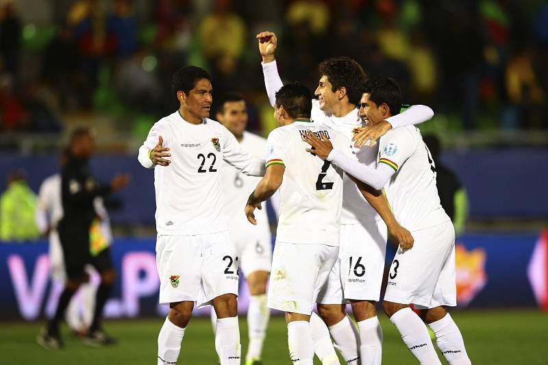 Jogadores da Bolívia celebram vitória sobre Equador