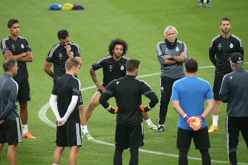 Marcelo ouve com atenção as indicações de Marco Ancelotti antes do treino de adaptação ao relvado de Turim