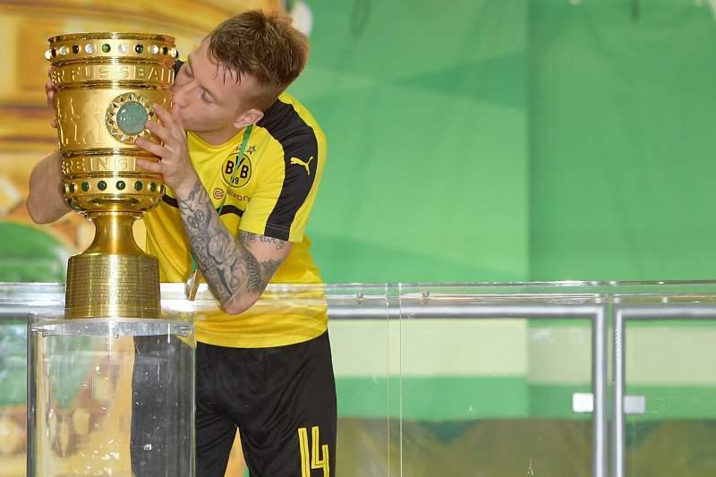Marco Reus beija a Taça da Alemanha